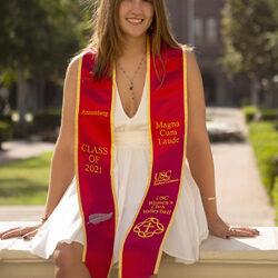 Rebecca Tápanes  graduada en California con los más altos honores académicos
