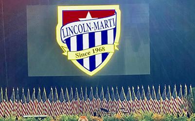 50 banderas de EE.UU. presidieron las graduaciones de LINCOLN-MARTÍ el viernes en la arena de la Universidad de Miami