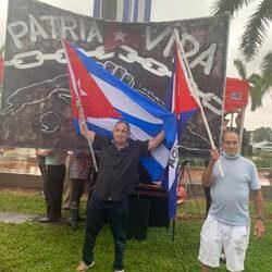 A GRITOS PIDEN LA RENUNCIA DE MIGUEL DÍAZ CANEL FRENTE AL MEMORIAL CUBANO DE MIAMI