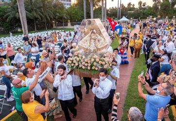 Devotos de la Virgen de la Caridad del Cobre le llevan FLORES A LA ERMITA DE MIAMI