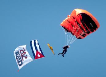 Paracaidistas saltan contra la «dictadura» castrista en Miami